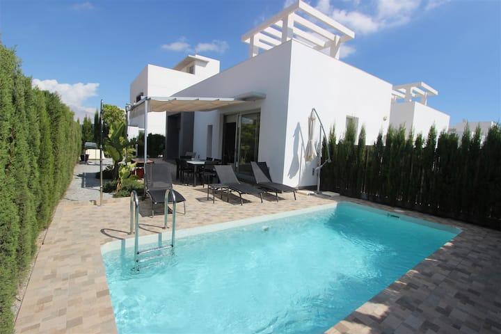 Belle villa moderne avec piscine