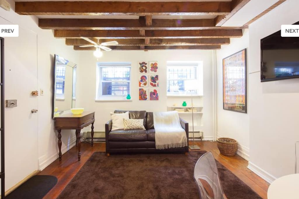 Living room, lcd tv, writing desk, host art