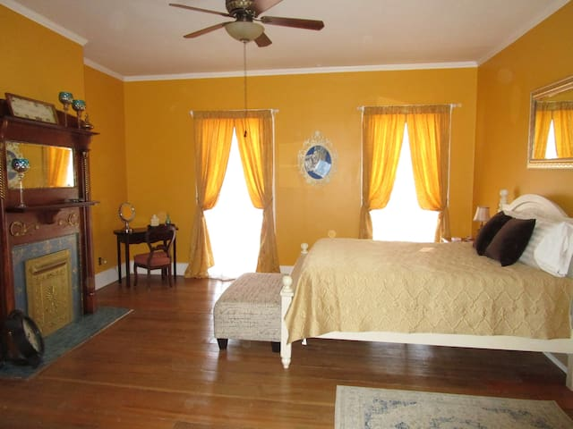 2 Sisters B&B - Stay in Historic Madison - Room #1