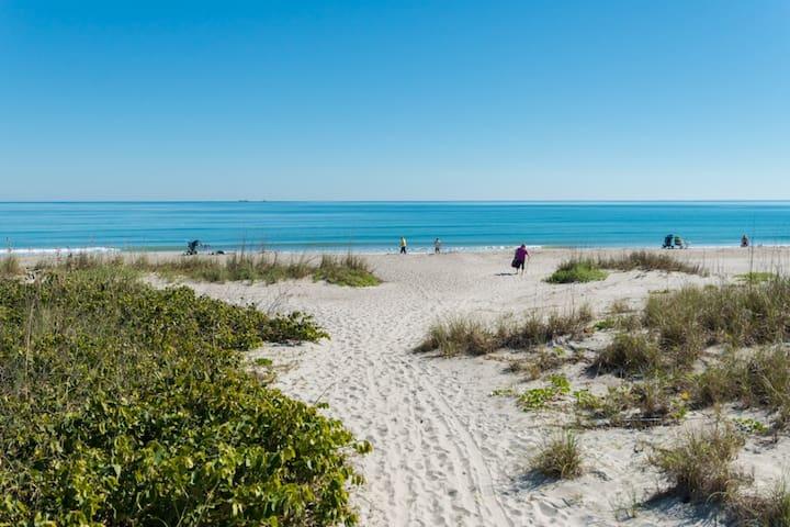 Beachfront Condo (2BR), Disneyworld & NASA Nearby!