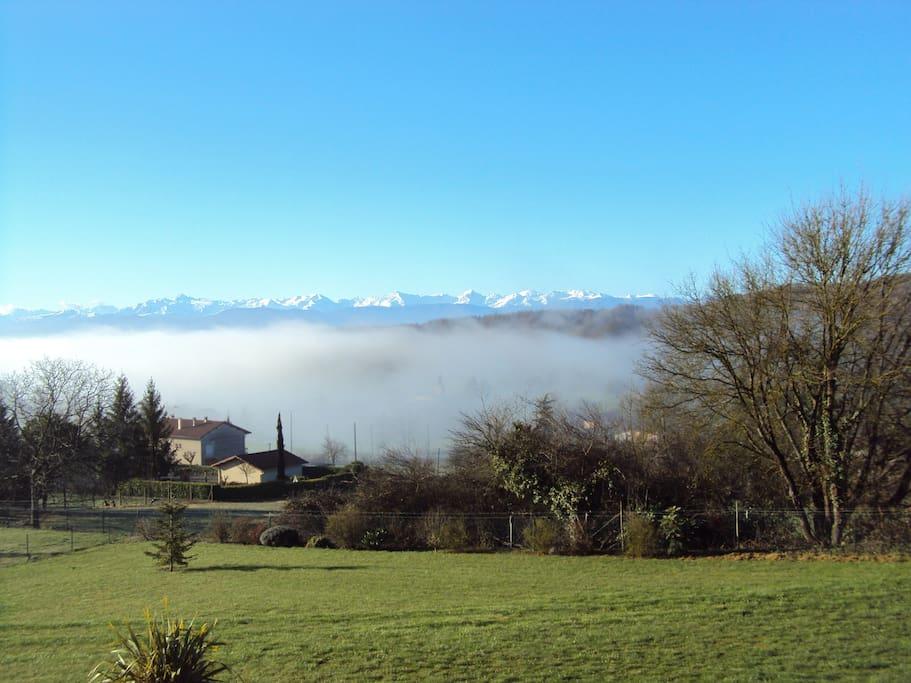 Vue sur les Pyrénées de la terrasse