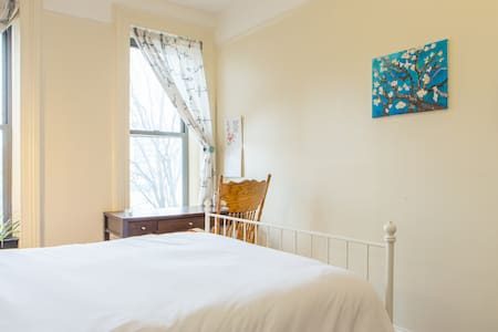 Large room in two-story Brownstone - Brooklyn - House