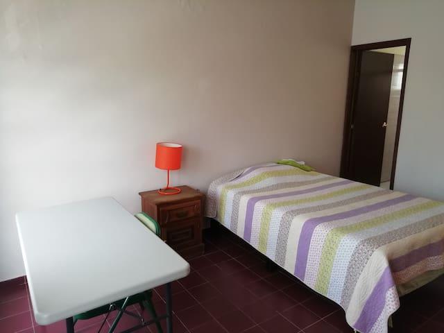 Habitación amplia con baño propio disponible