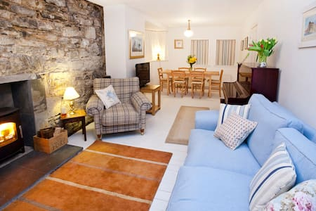 Waterside Cottage, by the sea, Skye - Highland - Hus