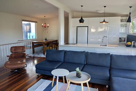 Funky Beach House 50m to beach & cafes-Pet friendl - Tugun - House