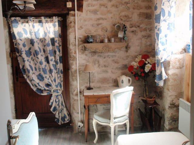 Chambre indépendante avec petit déj ou cuisine - Saint-Julien-Maumont - Bed & Breakfast