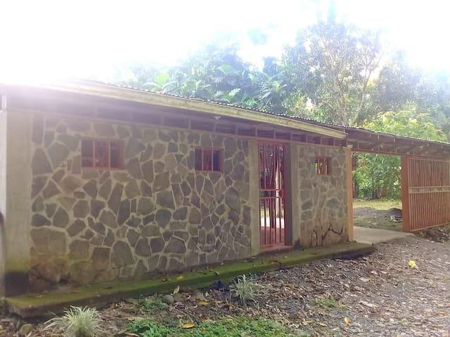 Linda y comoda casa rodeada de naturaleza y rios.
