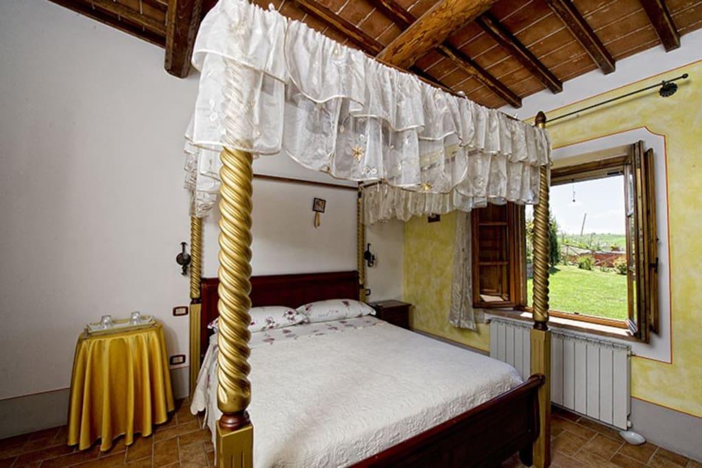 Tipica camera con soffitto in travi e mezzane in cotto e letto a Baldacchino