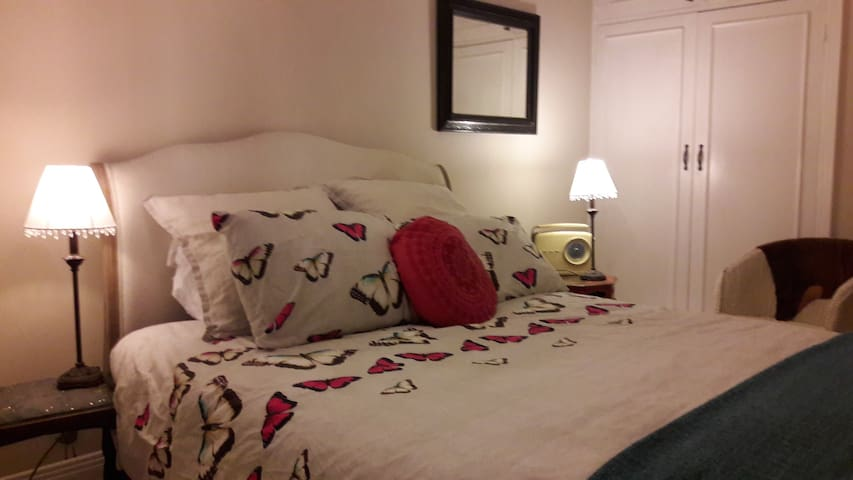 Kingsize room on elegant avenue near Hove seafront - Hove - Appartement
