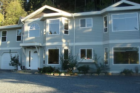 beautiful house with lake,mountain view - Powell River - Casa