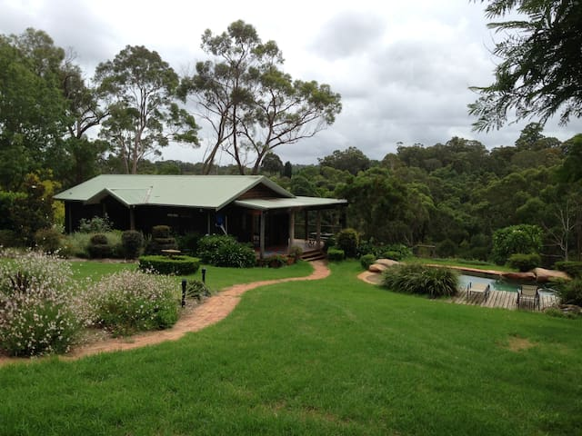 Country cottage retreat, tennis & swimming resort - Middle Dural - Casa