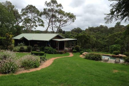 Country cottage retreat, tennis & swimming resort - Middle Dural