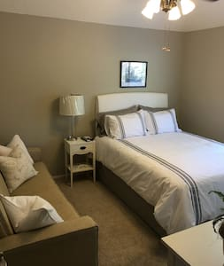 Fresh, newly decorated private bedroom. - Fresno