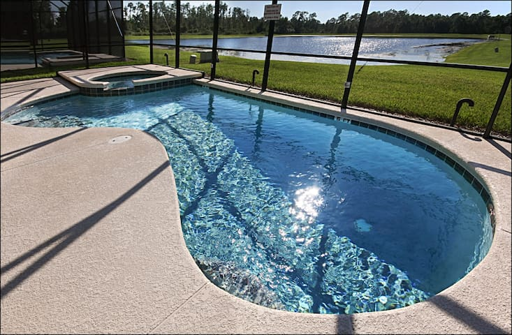 BRIGHT AND LUXURIOUS 7BR/6BA LAKESIDE GATED VILLA
