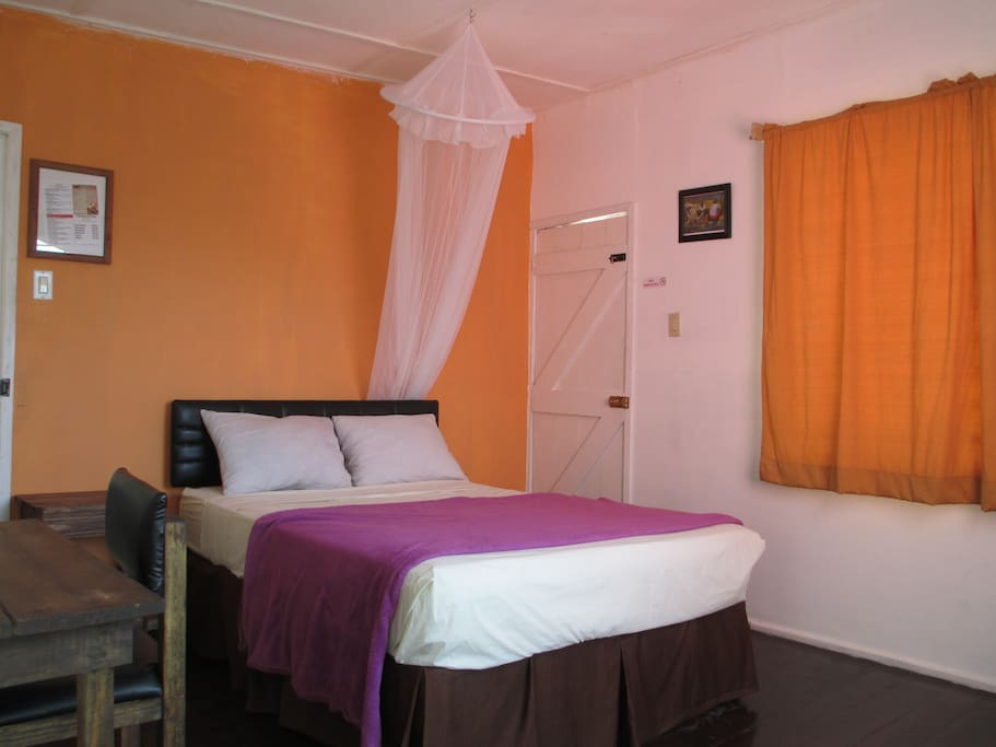 Orange room chambres d 39 h tes louer kingston saint for Chambre hote orange