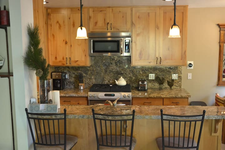 Remodeled Woodsy Lake Tahoe Home - Kings Beach - Cabin