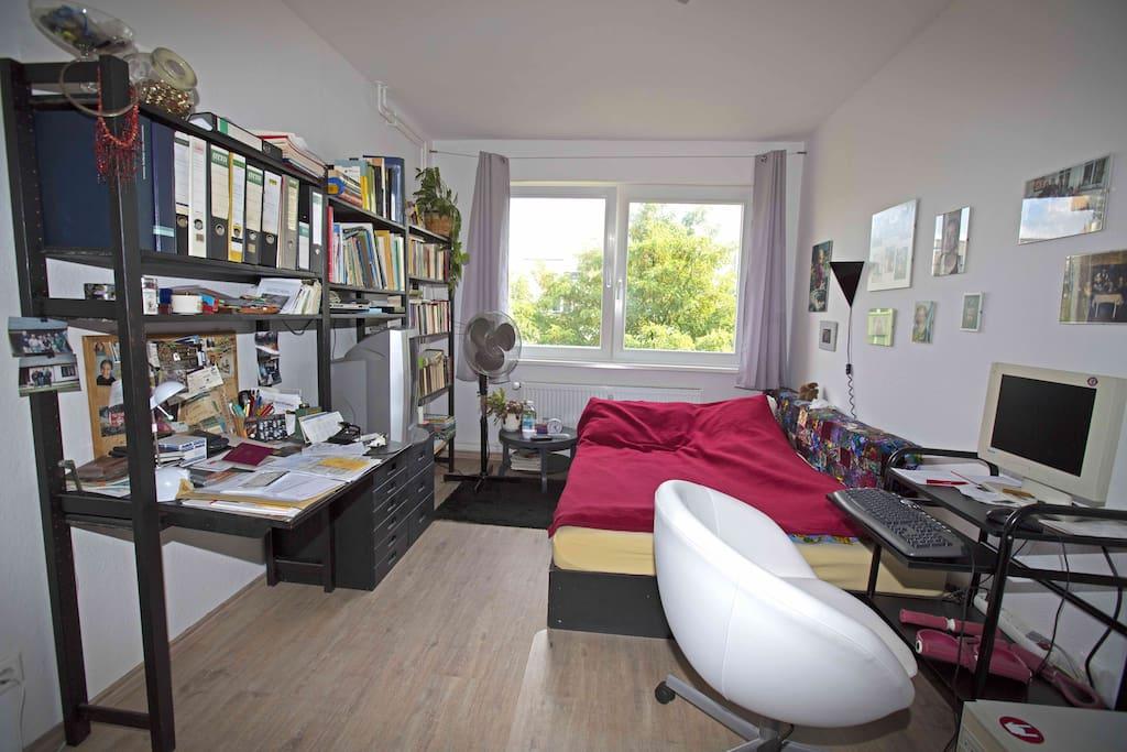 Schlafzimmer mit Doppelbett, großem Kleiderschrank