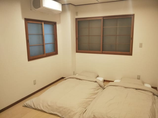 Simple Twin Room with Free WiFi |3min from Sta.