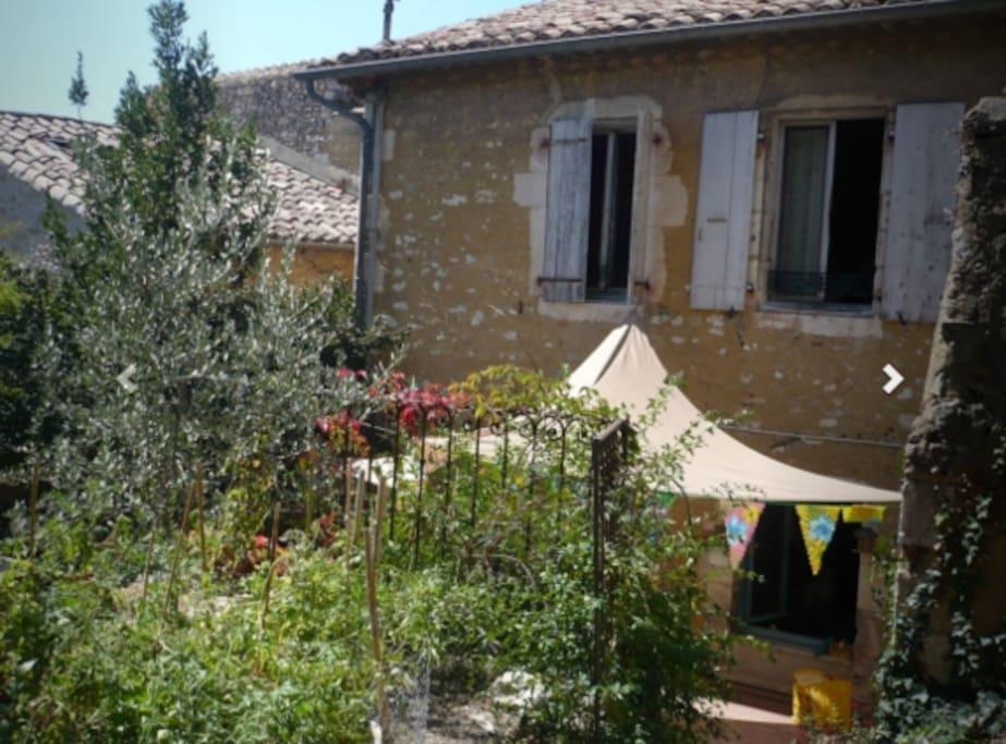 Maison de village avec 2 jardins en escalier (un réservé au repas, le deuxième pour la piscine)