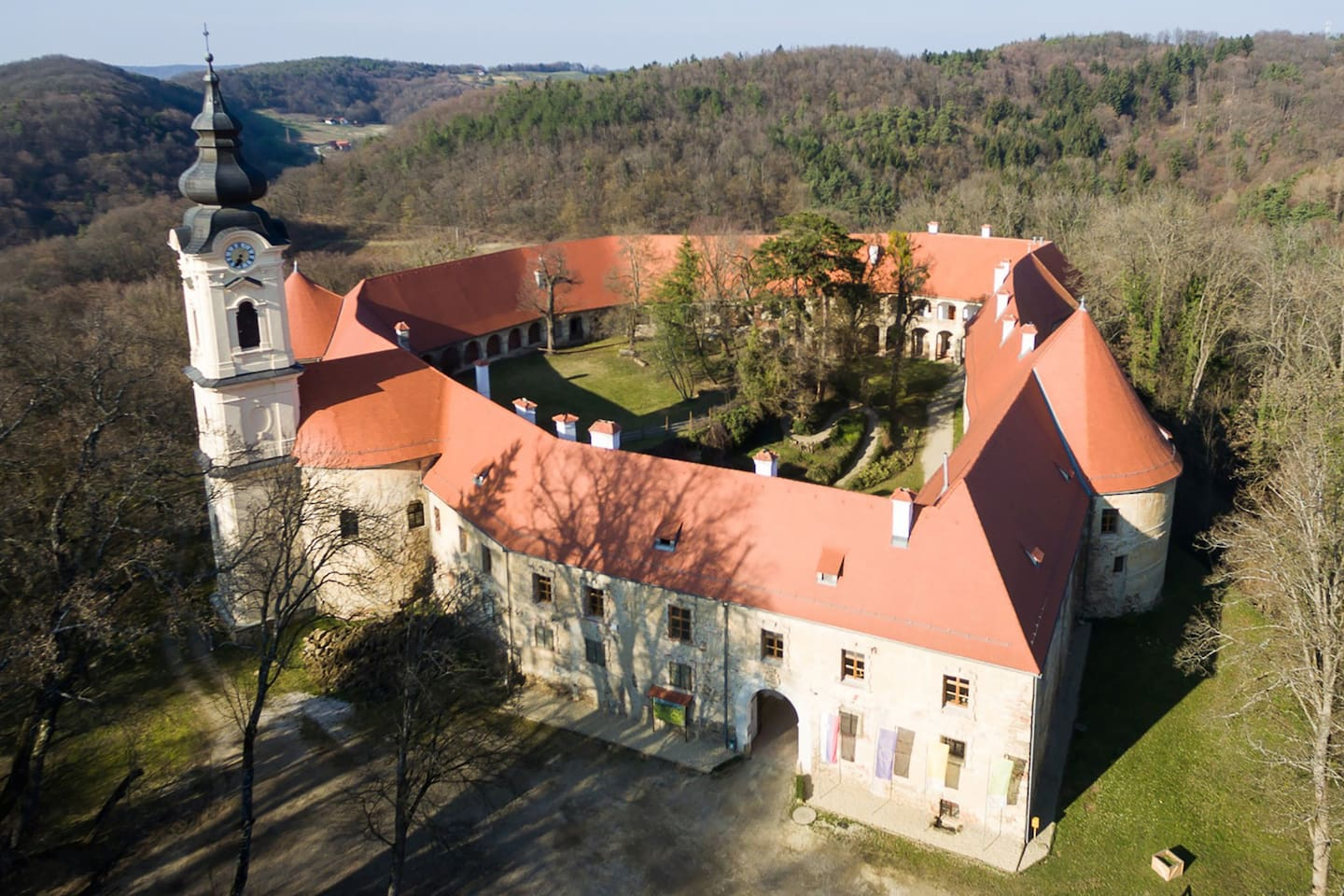 Enjoy the experience of the comfort of Castle in the centuries-old manor on the top of volcanic rocks, surrounded by centuries-old trees in the castle park.