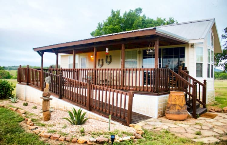 Hill Country Tiny House - Perfect Getaway on 10acr
