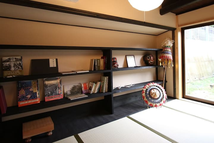 窓からお庭が見えるお部屋です。 鳥取の歴史本や民族工芸などが飾ってあり ご自由にお読みいただけます。