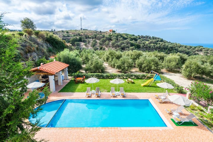 Villa w/Pool, 300m toTaverns+Childrens Area+BBQ!