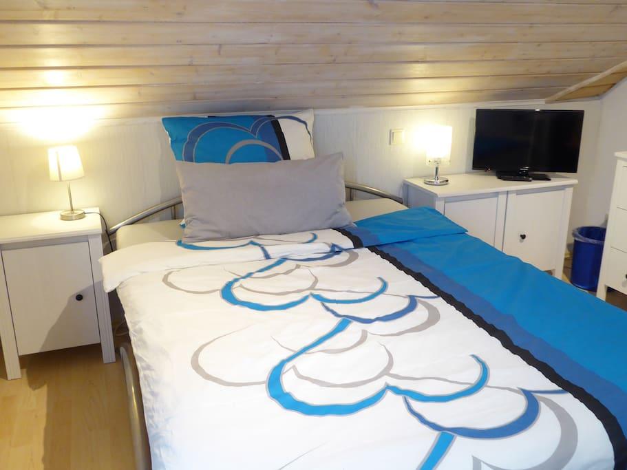 Zimmer 2 gemütl. Bett mit Doppel-Matraze, 150x200, geeignet für 2 Pers.