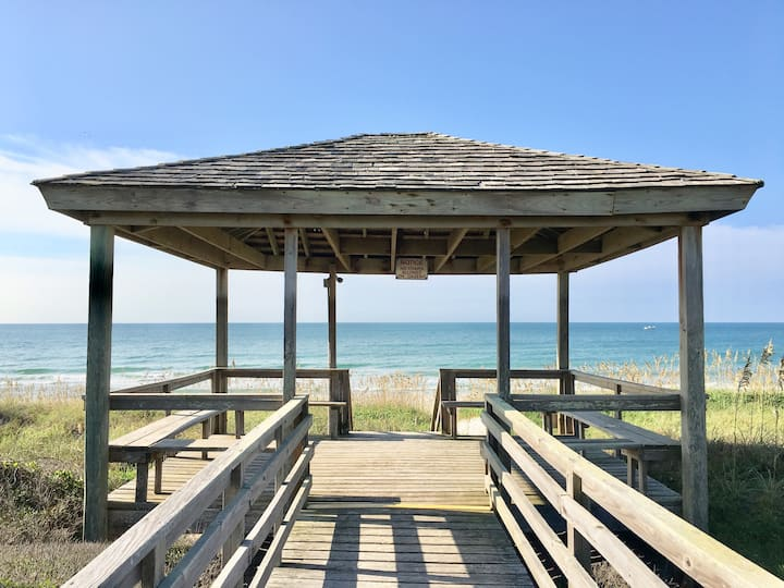 BEACHFRONT CONDO W/ PRIVATE BEACH ACCESS!