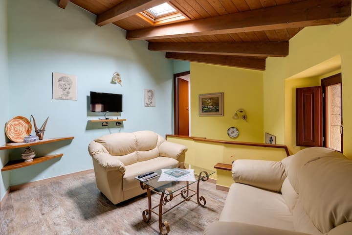 """Charming Holiday Home """"La Casa del Grifone"""" with Mountain View"""