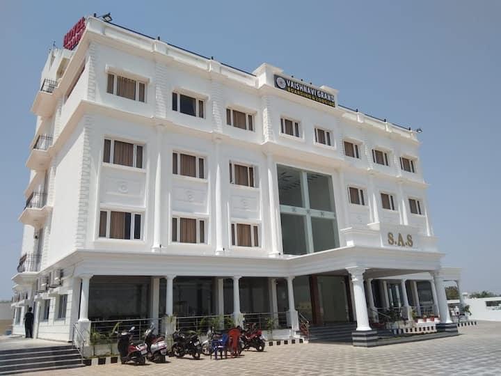 Hotel Vaishnavi Grand, Siruguppa, (AC Room)