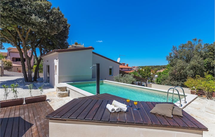 Nice apartment in Pula with Outdoor swimming pool, WiFi and 2 Bedrooms