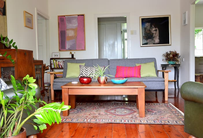 Cosy & cool. Green art-cottage on city's doorstep