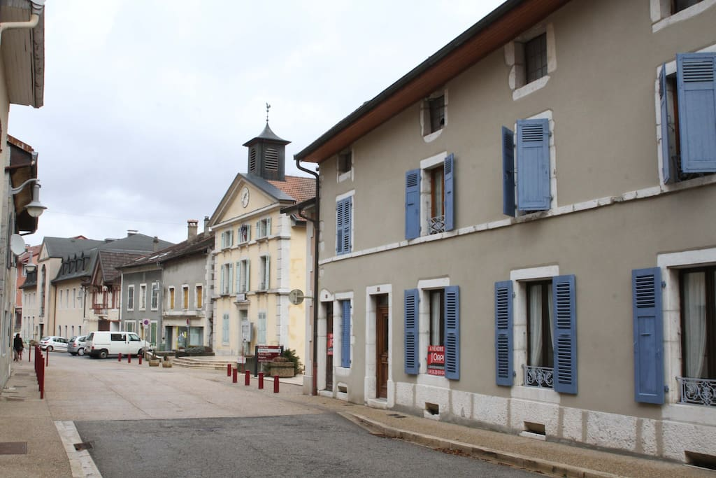 L'appartement se situe au premier étage d'une grande maison / First floor appartment in large house