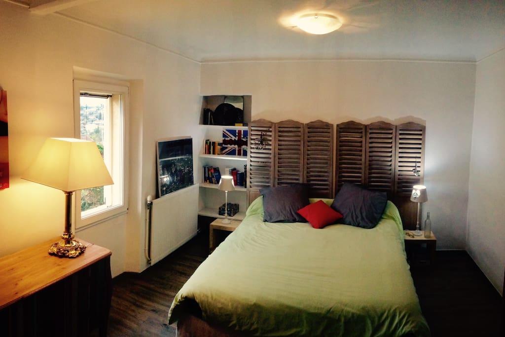 La chambre rouge, 16m² avec lit 1.60 par 2.00m, exposée sud, sur jardin.