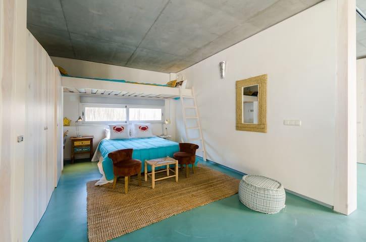 Uno de los tres  dormitorios del pabellón familiar. Cama de 140, zona de trabajo, dos armarios empotrados y dos literas de 90.