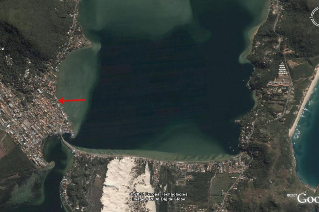 House location, on the lake and 2 minutes from Praia Mole beach