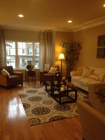 Beautiful, Cozy Townhome - Newark