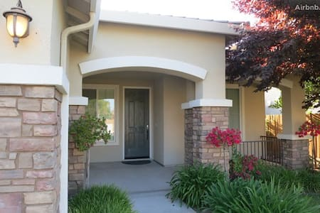 Family Home To California Parks! - Visalia - Haus
