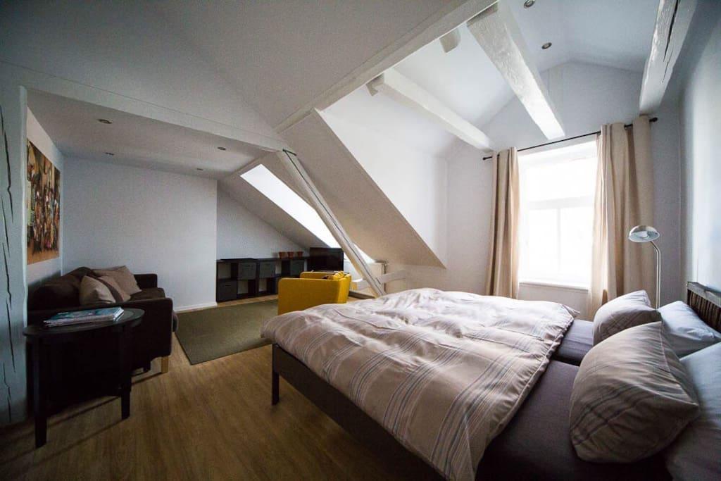 Schlafzimmer 1 mit zwei Einzelbetten, ausziehbarer Schlafcouch und Fernseher