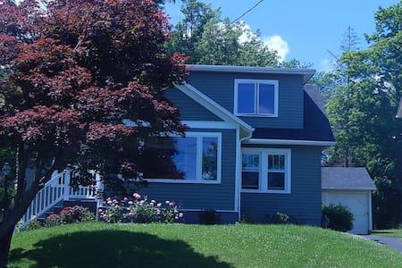 Rose Cottage - Year round beauty! - Canandaigua