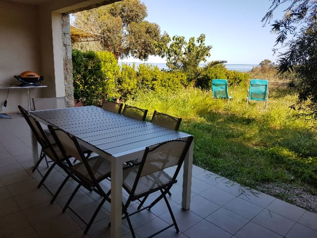 Sur la terrasse du rez de jardin, nous attendons l'apéritif. Le barbecue est en poste.