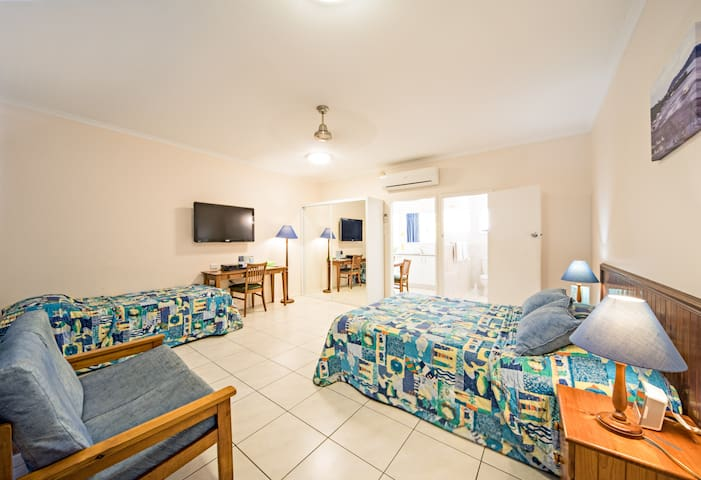 Spacious Studio Apartment -  Main St  Airlie Beach - Airlie Beach - Apartment