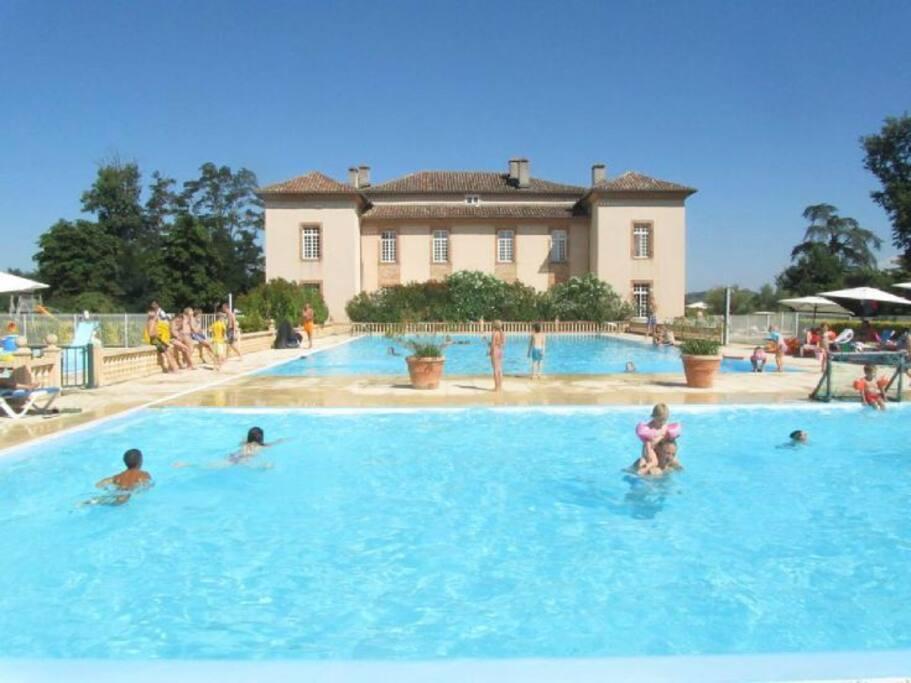 Le Château... et les piscines (grande piscine chauffée et pataugeoire pour enfants....)