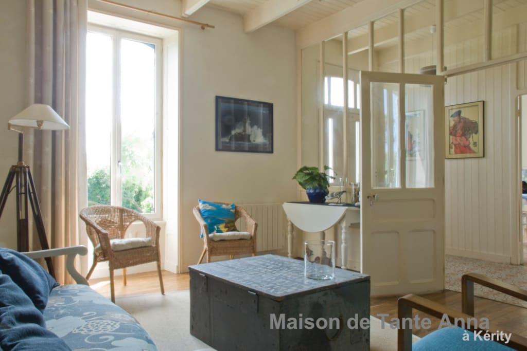 Salon très clair et spacieux, isolé par une cloison verrière
