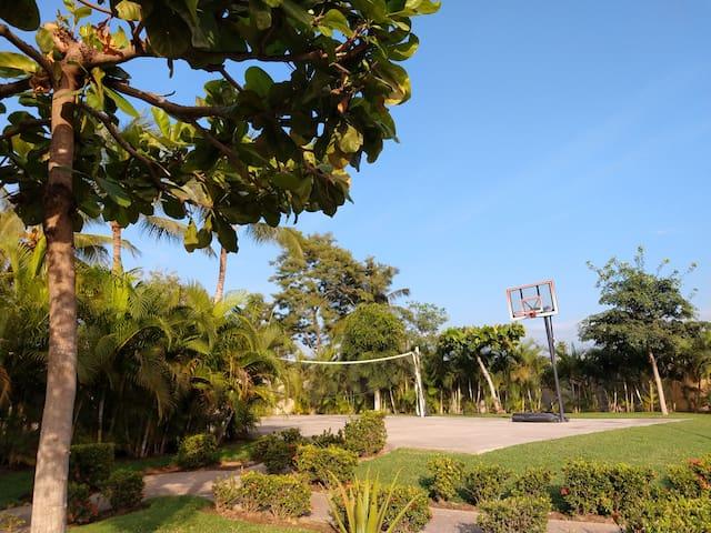 Basketball and volleyball court, 2 short blocks from the house/ A dos cortas cuadras de la casa hay una cancha de basket y de voleibol.