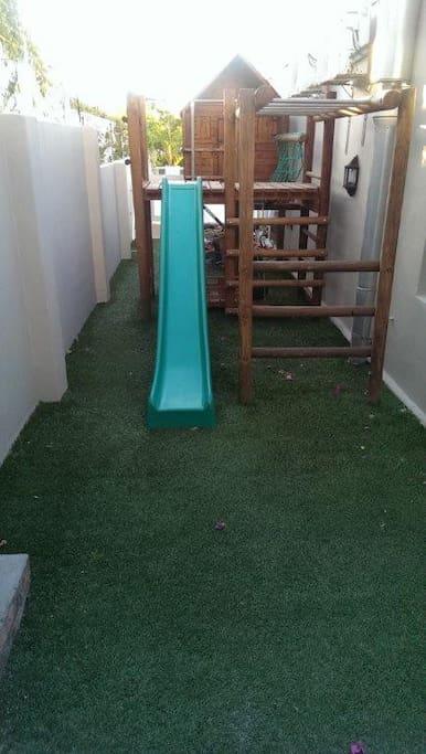Enclosed jungle gym