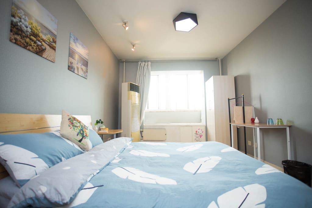 阳光照进房间,简单的装饰,敞亮的空间,温暖而又温馨