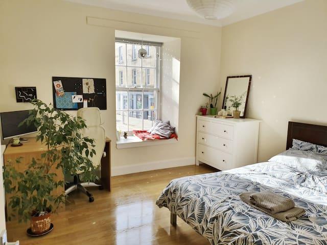 Cosy double bedroom in Newington area