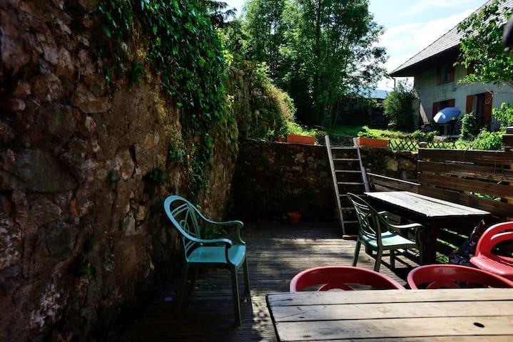La terrasse ensoleillée pour profiter de l'extérieur et manger à l'air pur des montagnes.